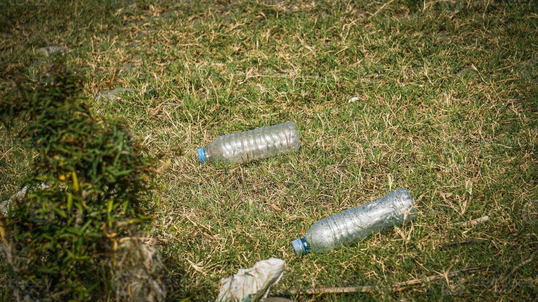 basura junto al río - basura en las orillas del río foto