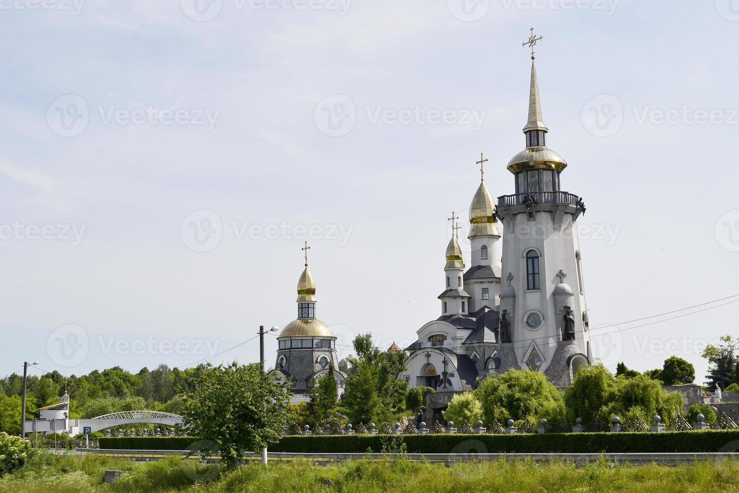 Cruz de la iglesia cristiana en alta torre campanario para la oración foto
