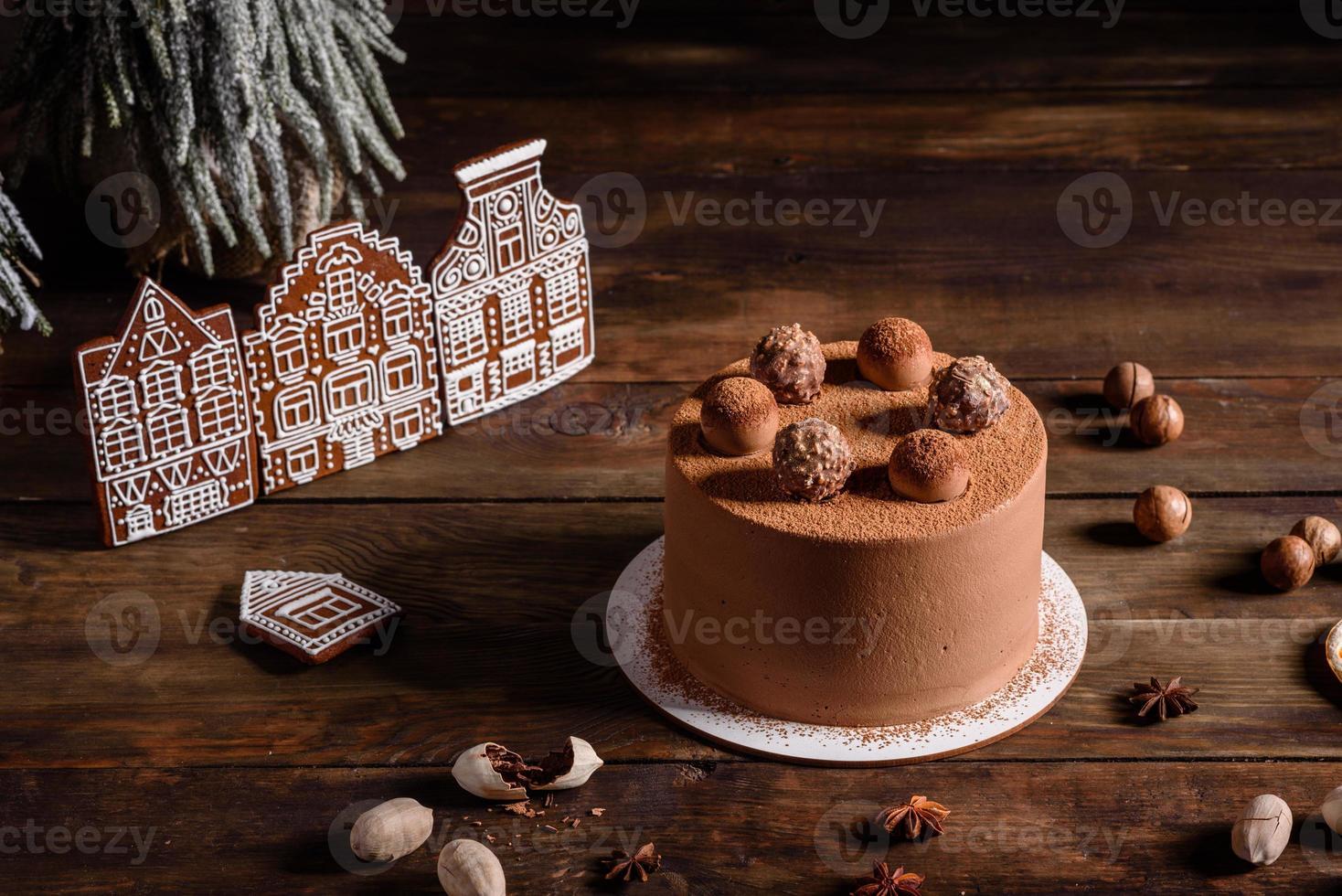 Deliciosos dulces hermosos en una mesa de madera oscura en la víspera de Navidad foto