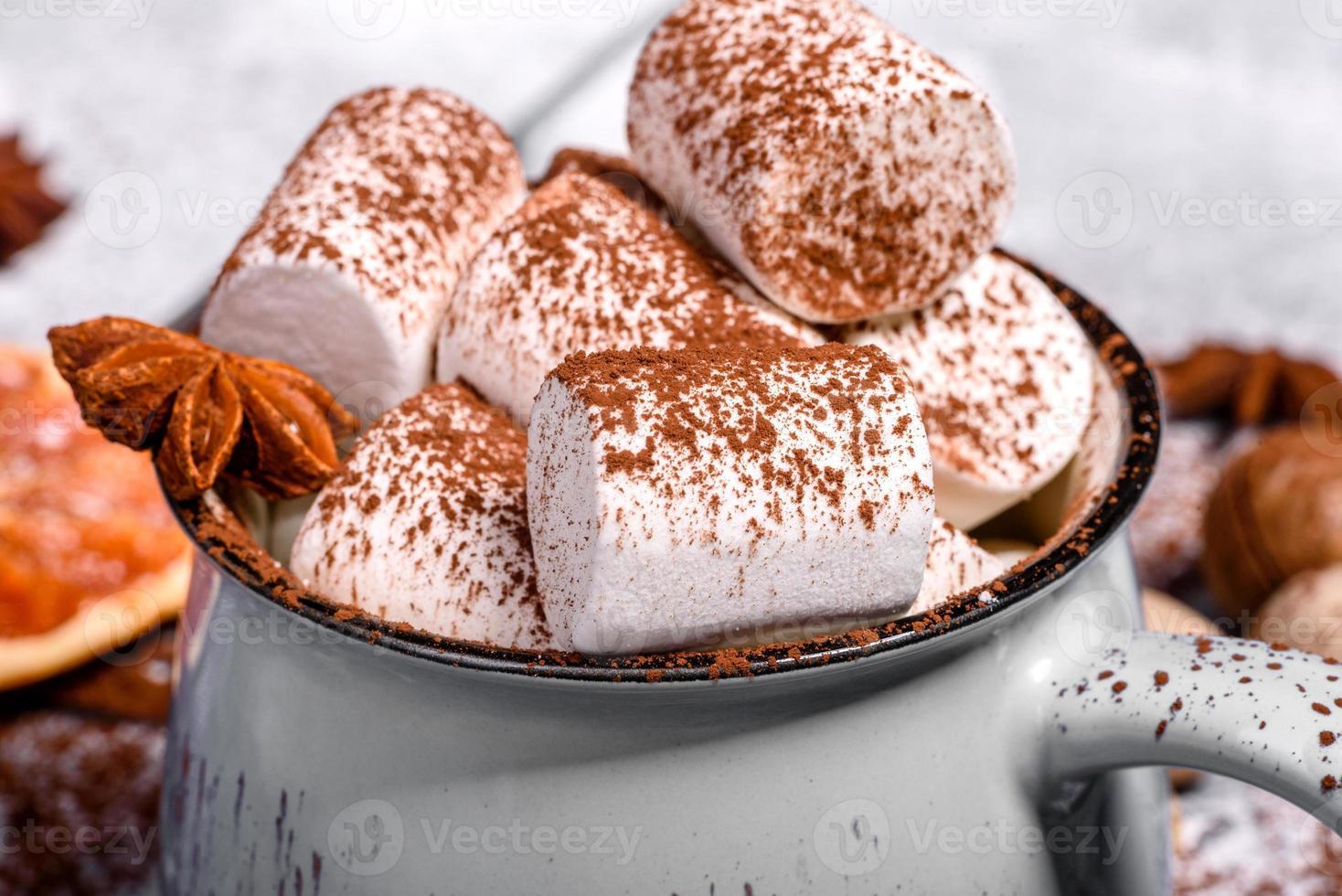 taza de chocolate caliente con malvaviscos blancos foto