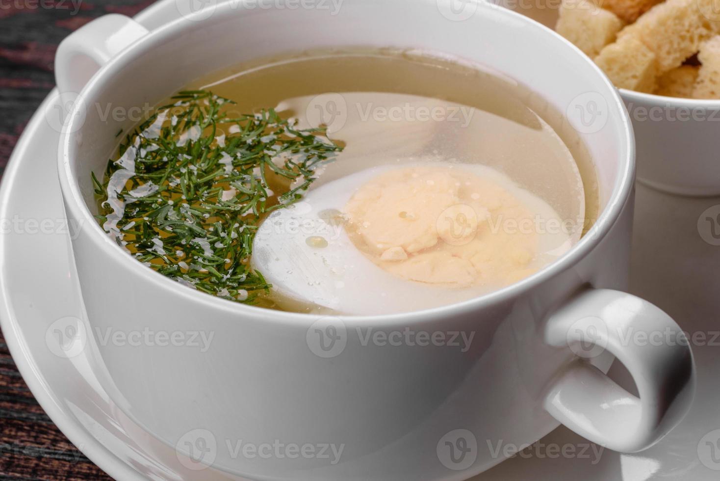 Sopa de fideos asiáticos, ramen con pollo, verduras y huevo en un tazón blanco foto