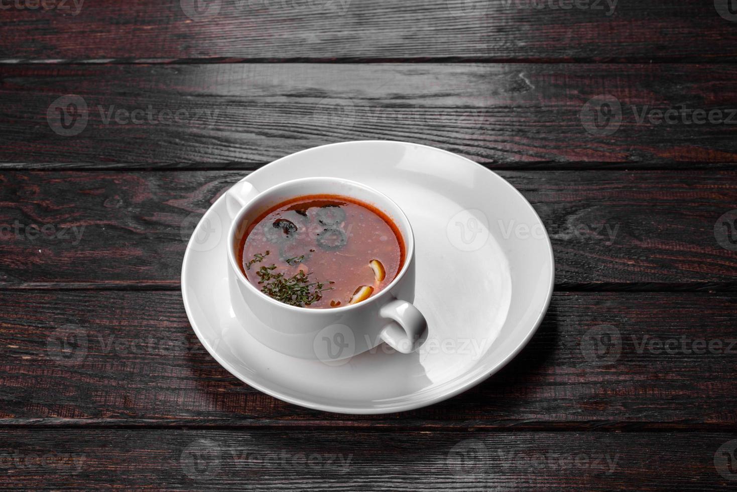 Apetitoso plato de sopa de mezcolanza rusa en olla de cerámica foto