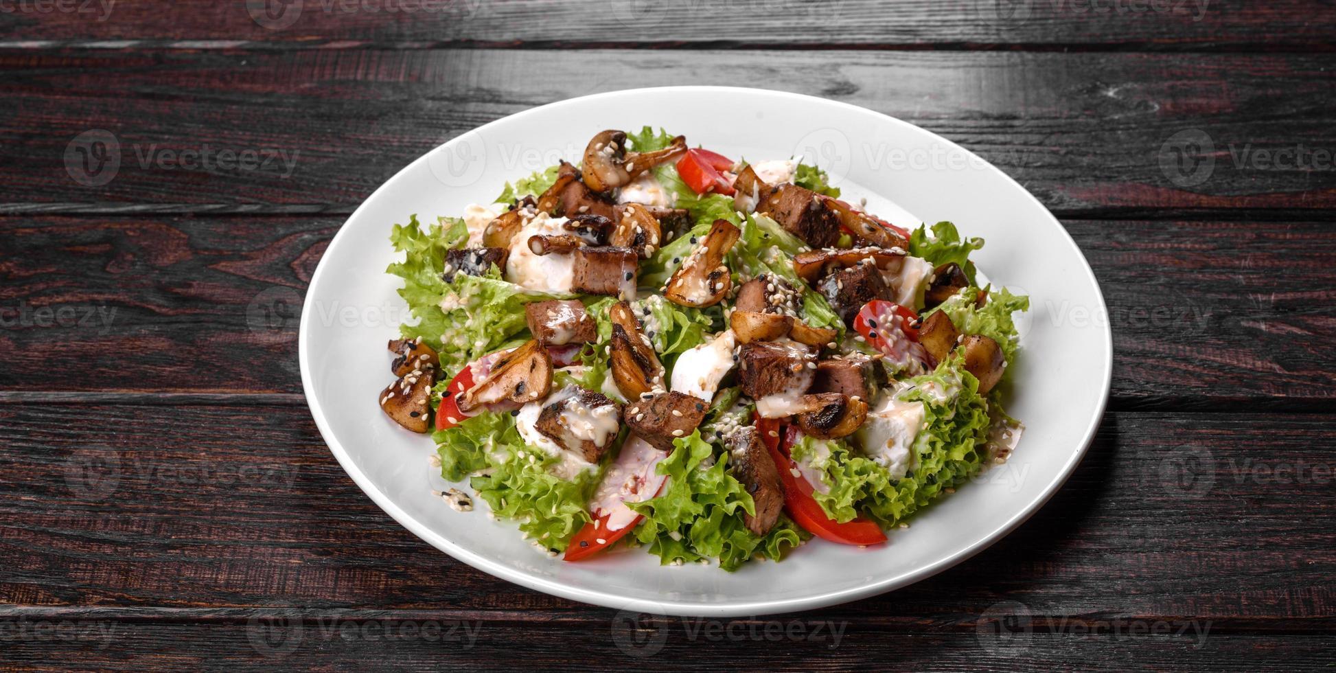 deliciosa ensalada de ternera fresca para una mesa festiva foto