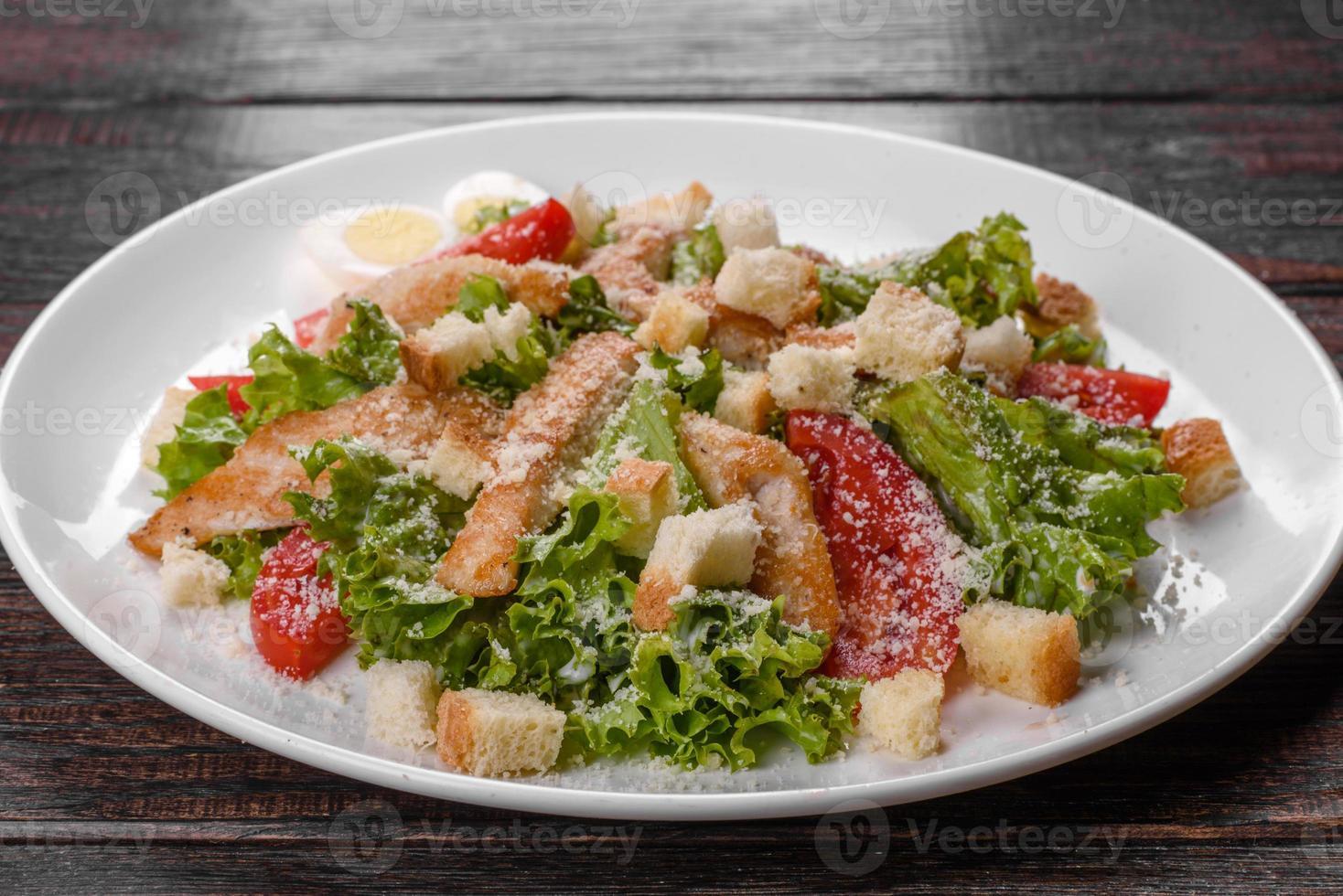 deliciosa ensalada de pollo fresco para una mesa festiva foto