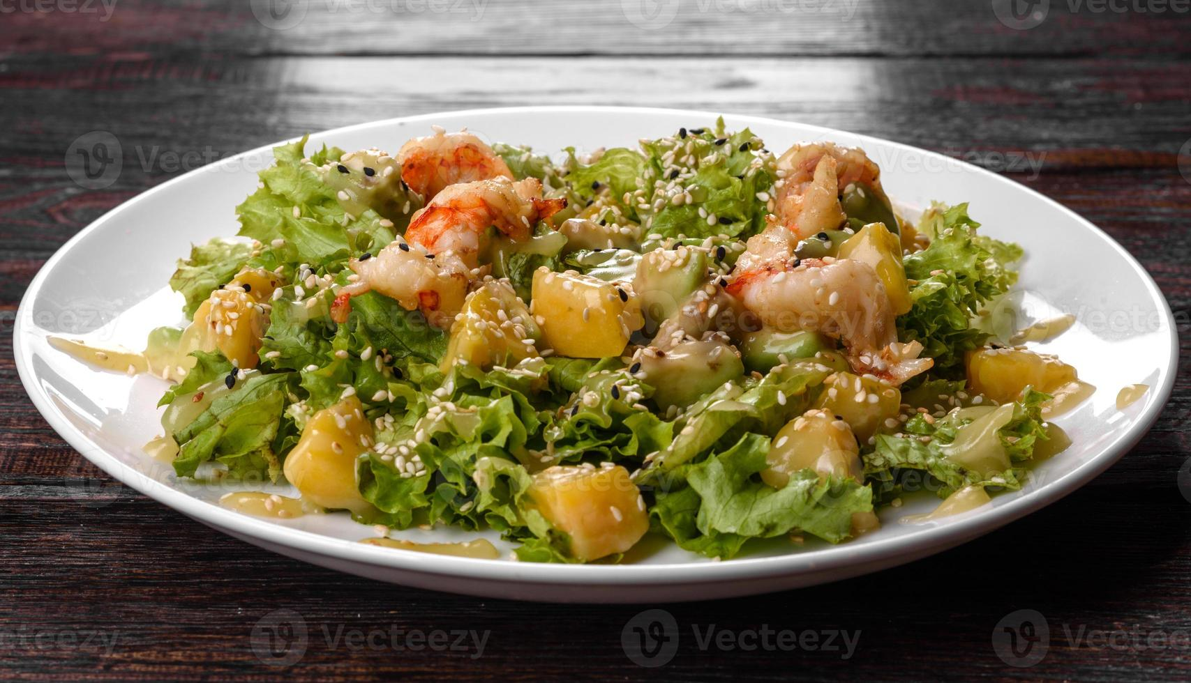 deliciosa ensalada fresca con camarones y pera para la mesa festiva foto