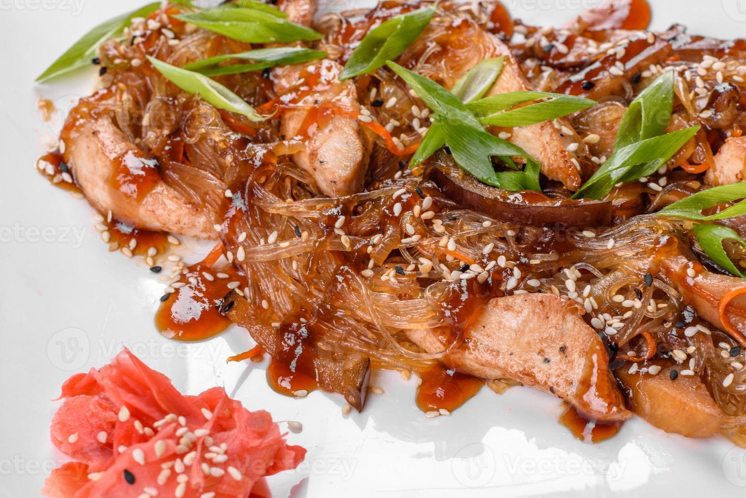 delicioso udon fresco con pollo y fideos de arroz con especias y verduras foto