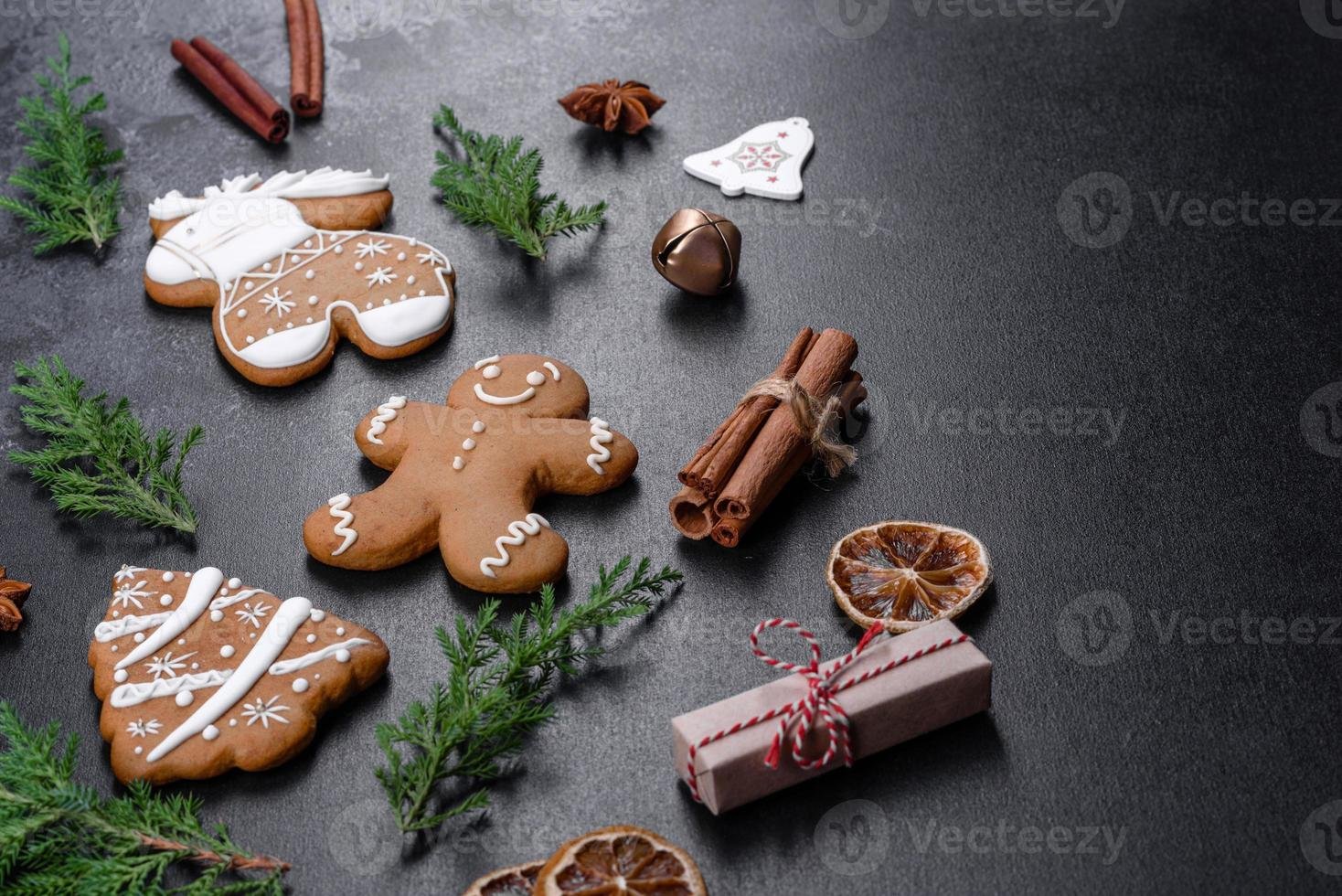 Pan de jengibre festivo navideño hecho en casa sobre una mesa oscura foto