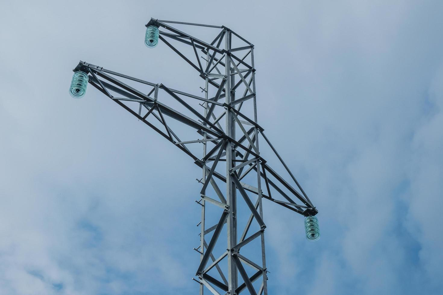 Torres de alta tensión nuevas pero sin cables. foto