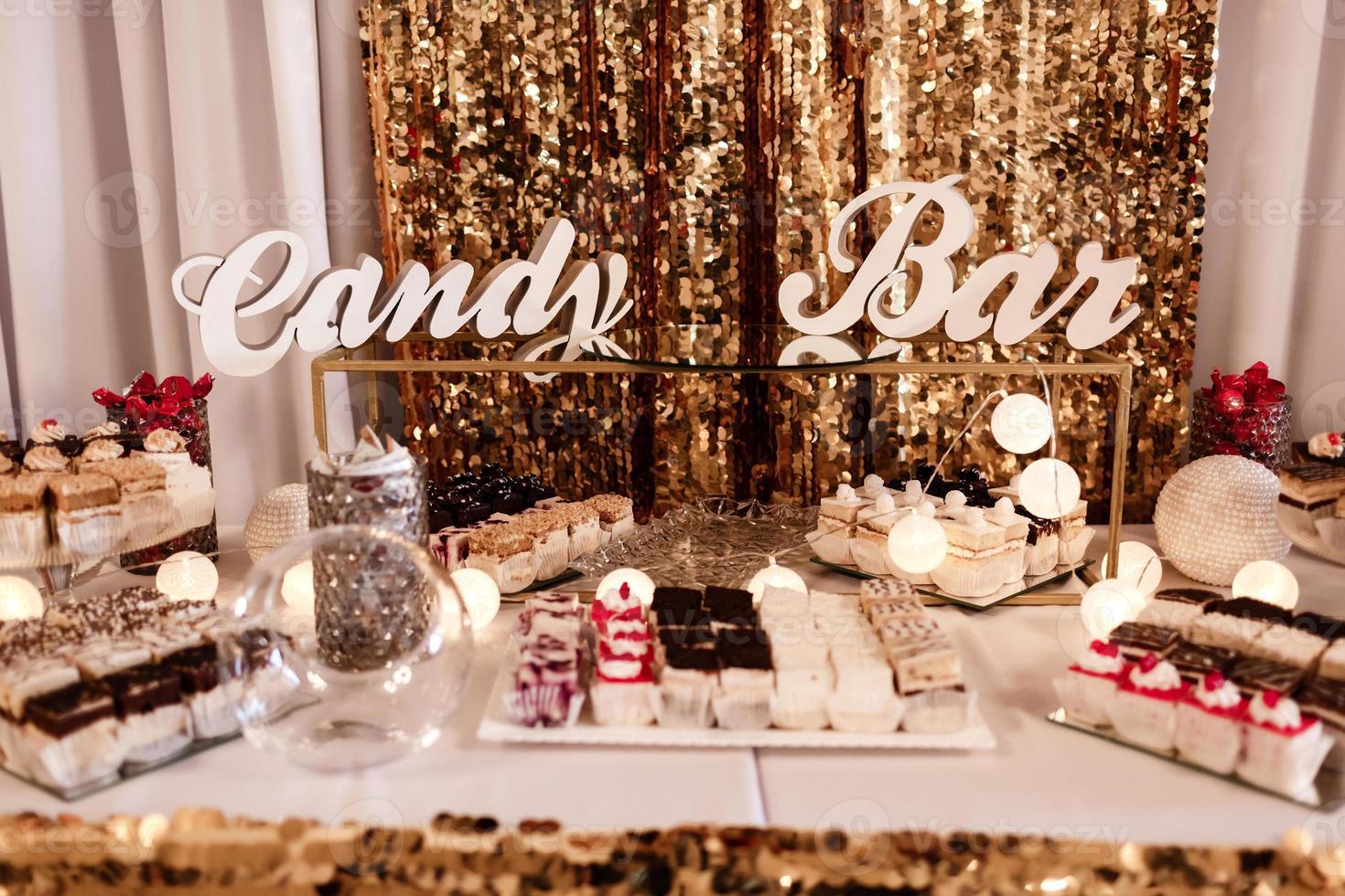 delicioso buffet dulce con cupcakes. buffet de dulces navideños con magdalenas y otros postres. barra de chocolate. foto