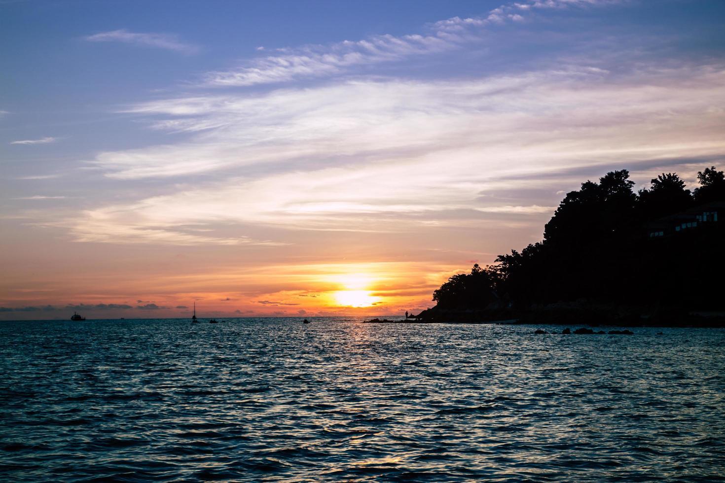 puesta de sol dorada. koh lipe aturde a tailandia. foto