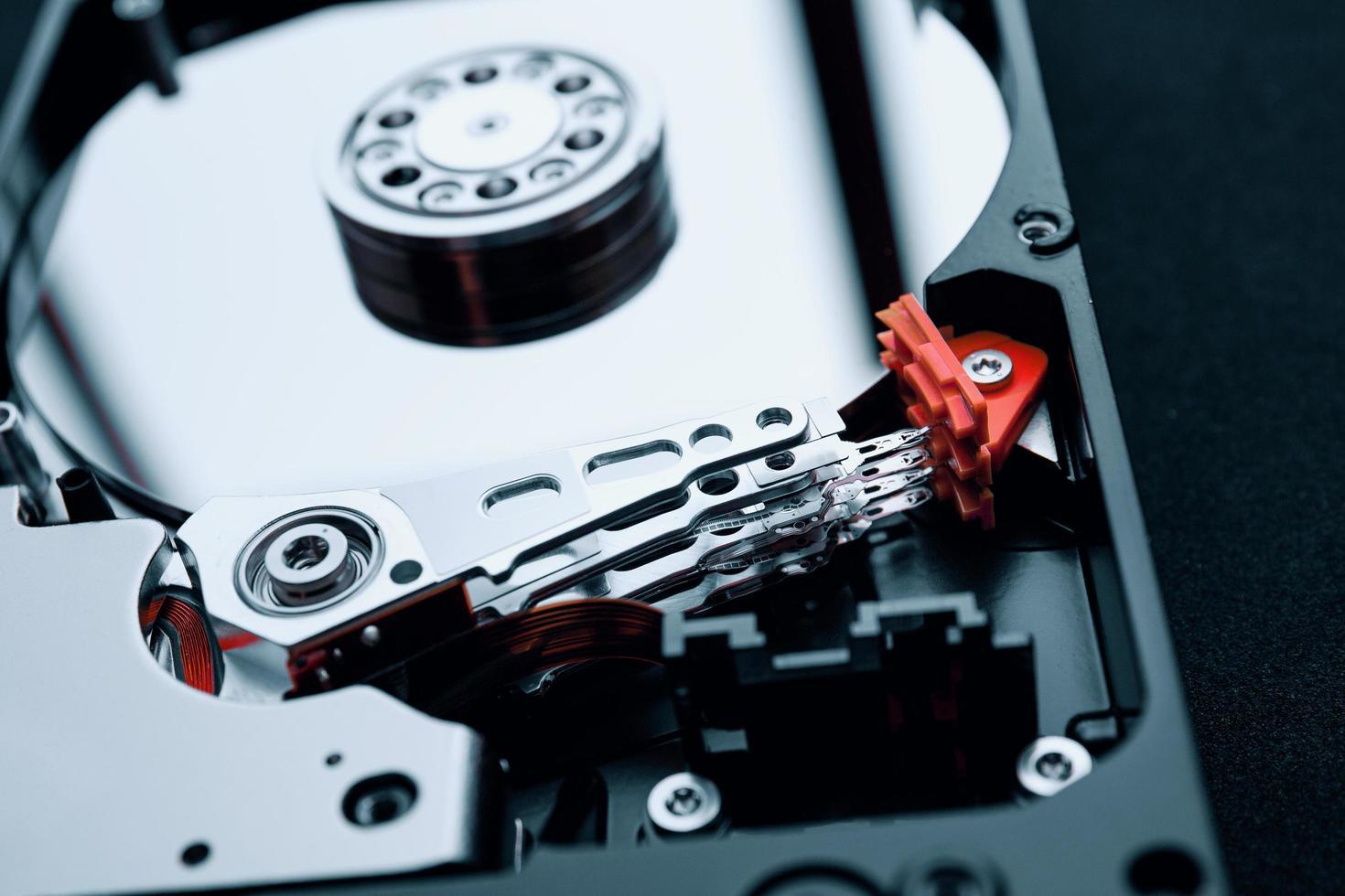 Unidad de disco duro, brazo y platos de montaje interior de primer plano foto