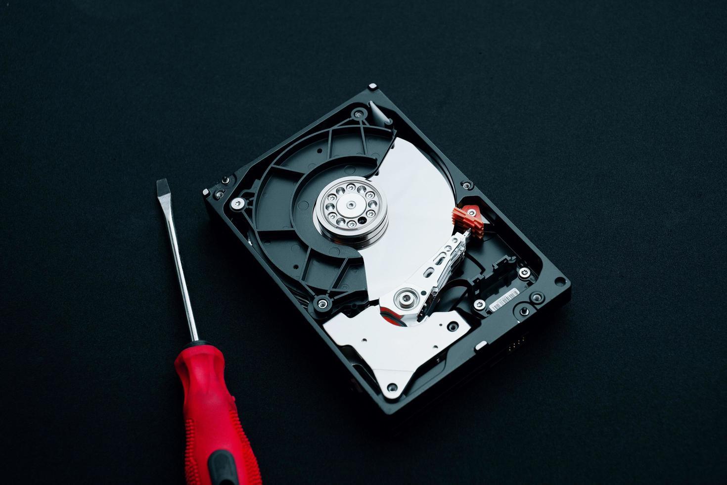 inspección de reparación de hardware de computadora, disco duro y destornilladores foto