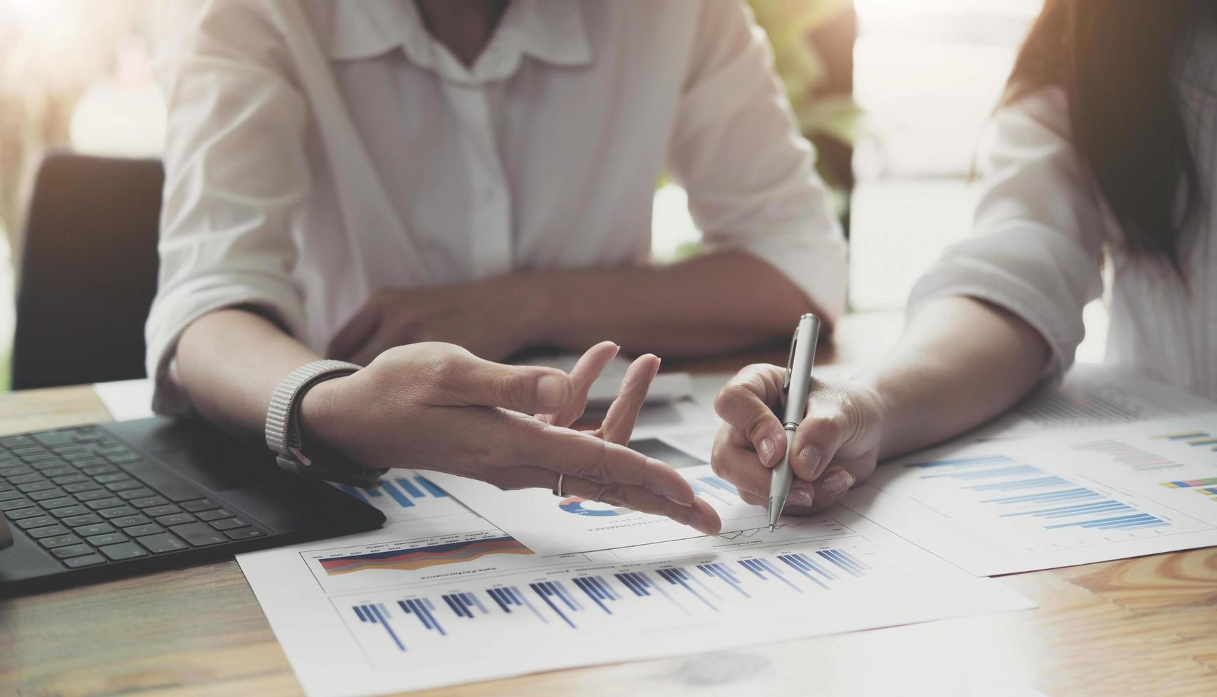 los ejecutivos y los contadores tienen los estados financieros de la empresa y los discuten juntos, los contadores están discutiendo las reuniones de finanzas corporativas con la gerencia. concepto financiero. foto