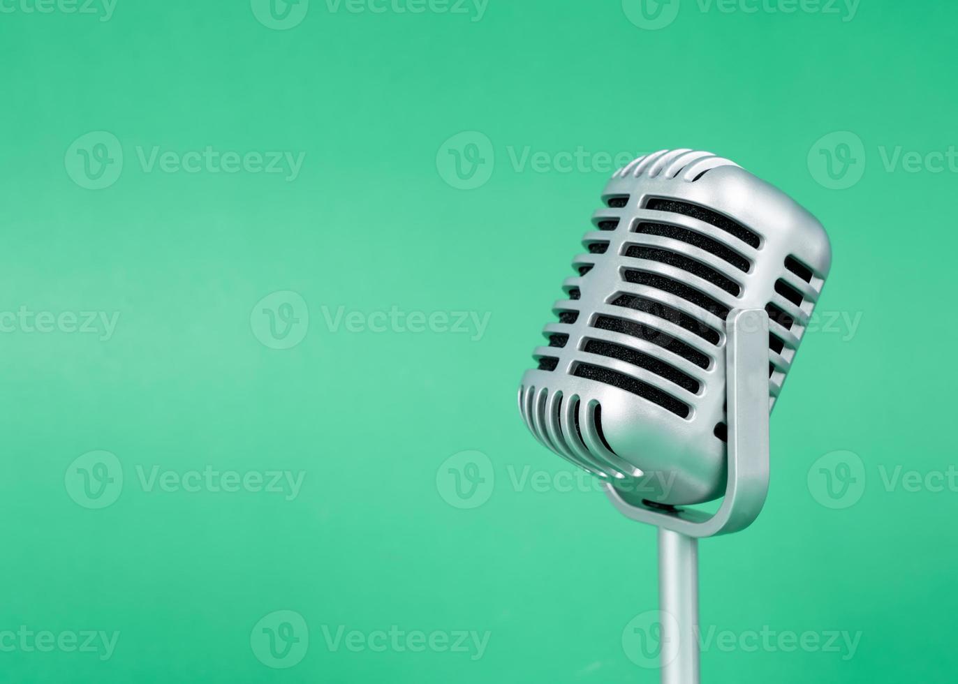 Micrófono retro con espacio de copia sobre fondo verde foto