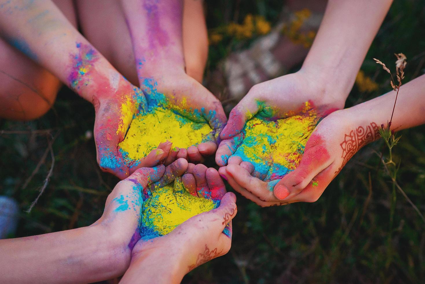Polvo colorante multicolor en las manos en el festival del acebo. arcoíris. foto