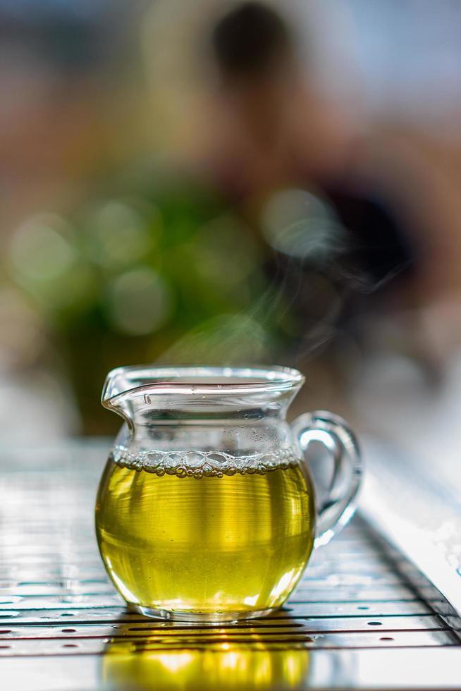 té verde en taza de vidrio foto