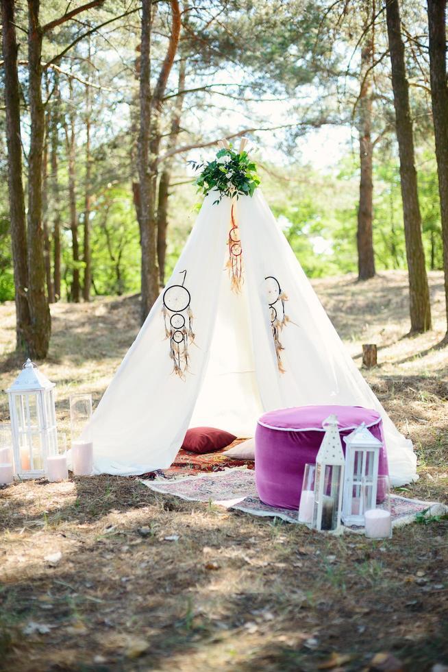 Hermosa ubicación con una decoración en el bosque al estilo boho. foto