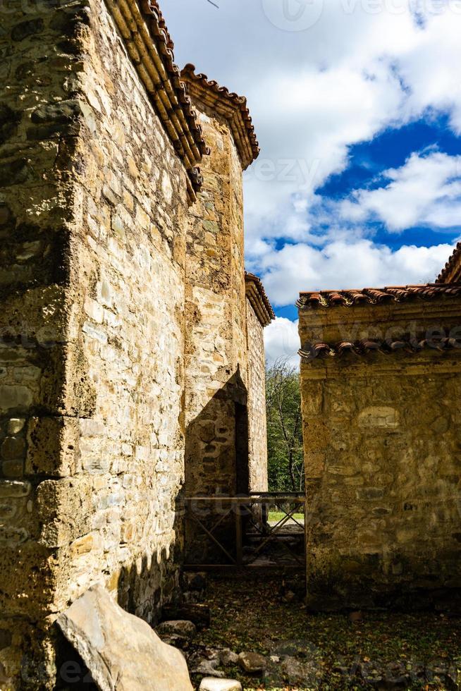 Monasterio dzveli shuamta en georgia foto
