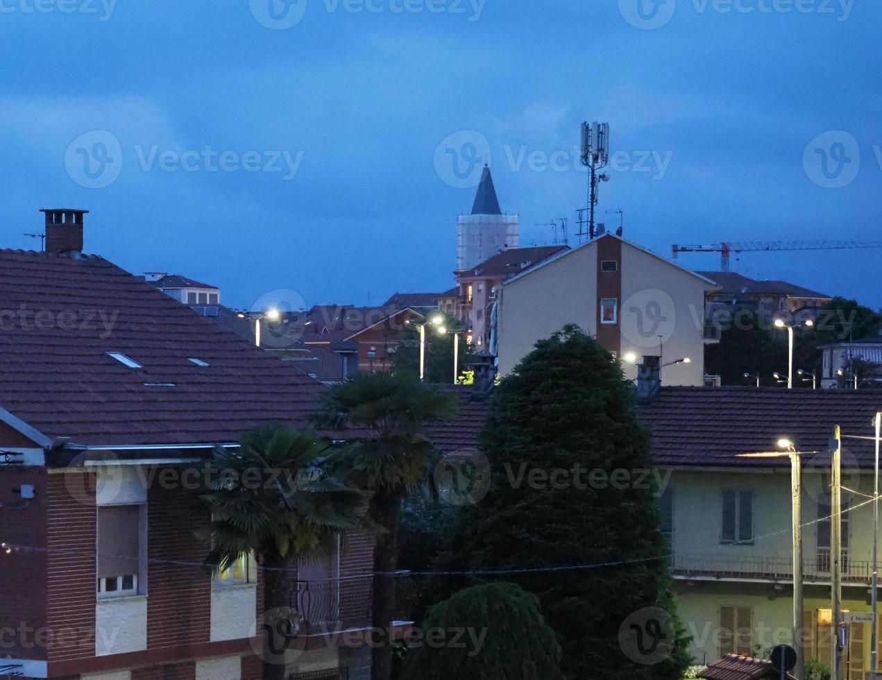 vista nocturna de la ciudad de settimo torinese foto