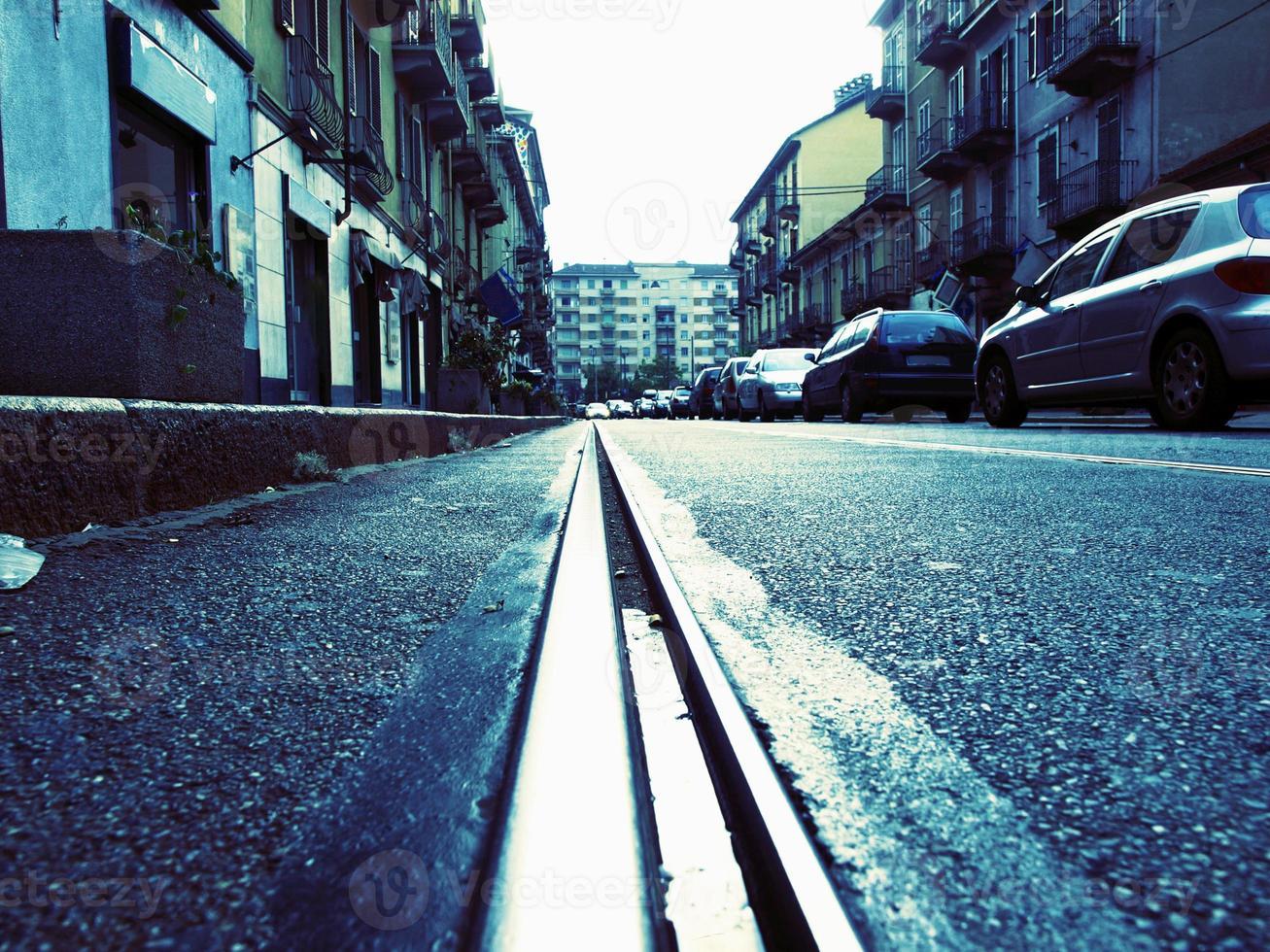 calle vacía con vías de tranvía foto