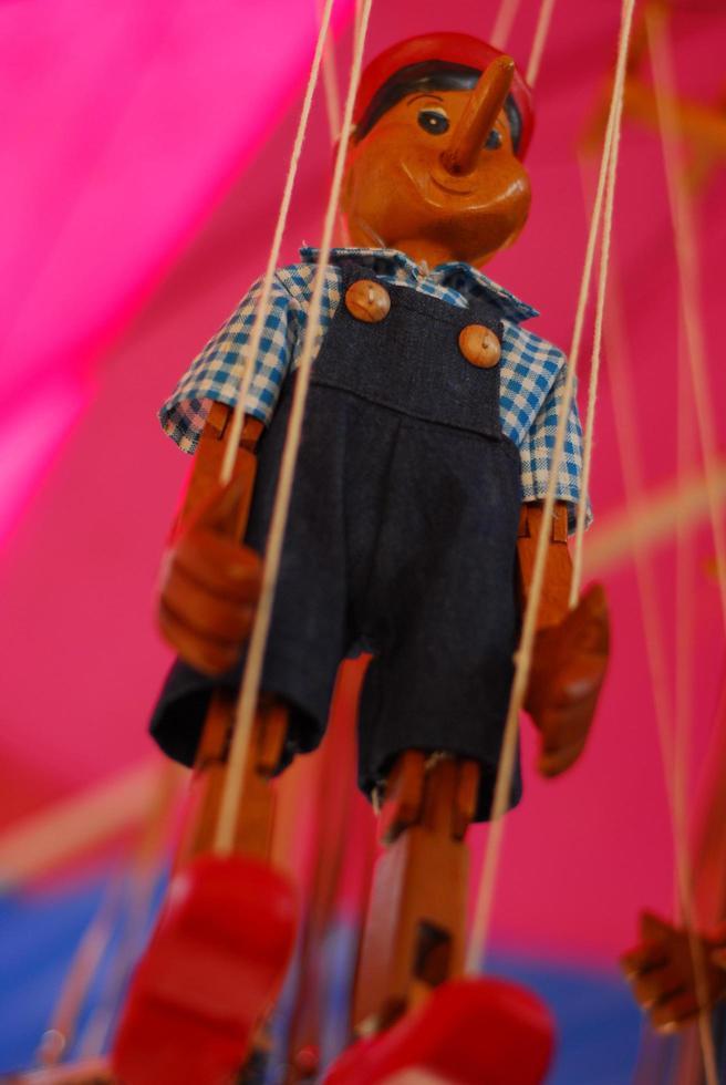 muñeca madera pinocho marioneta hecha a mano foto