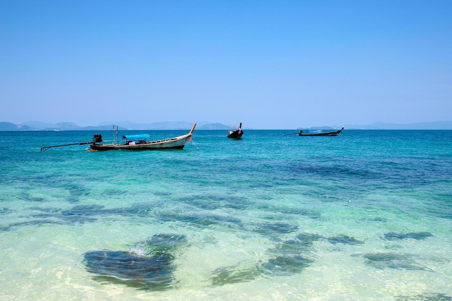 Barcos de pesca en la playa de Phuket, Tailandia foto