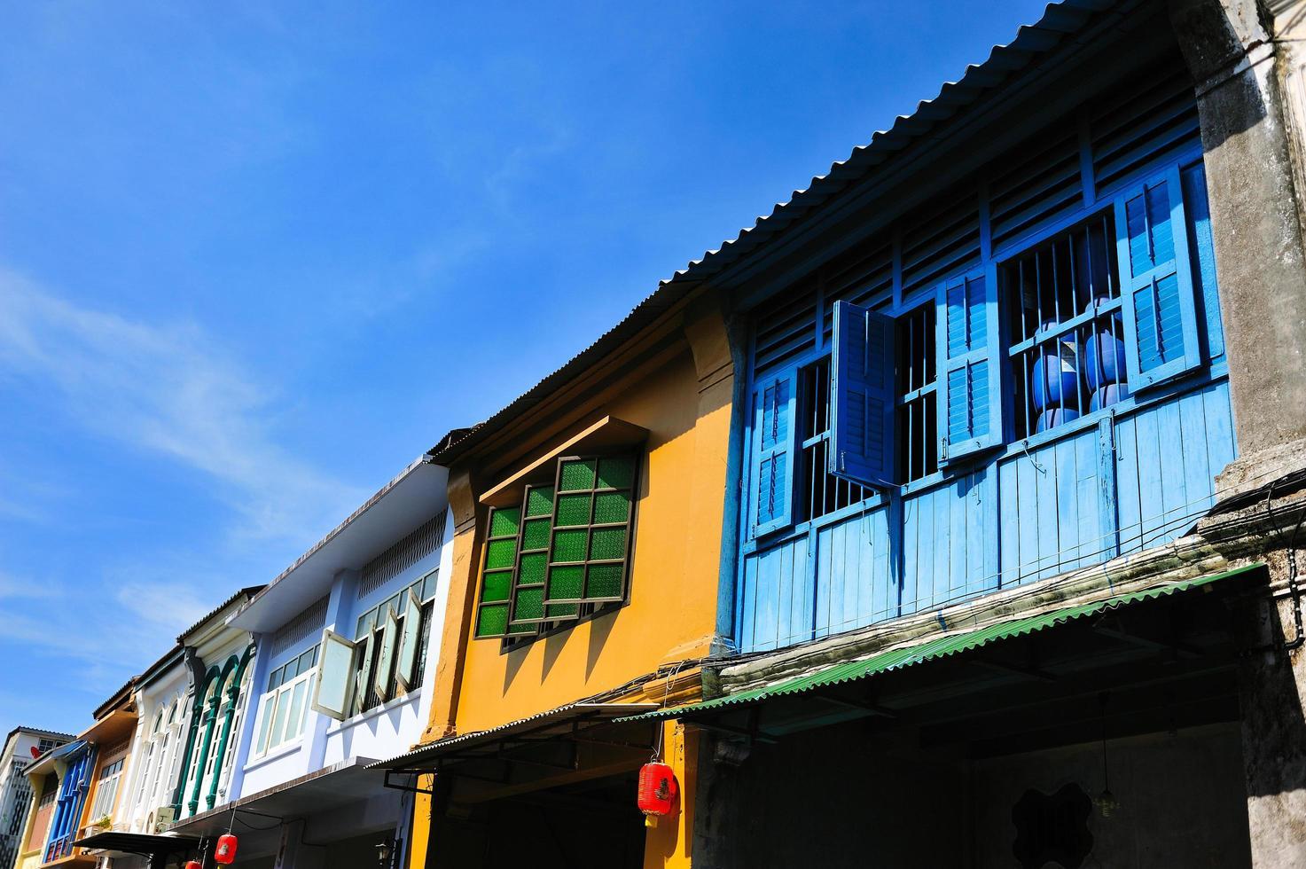 edificio antiguo en la ciudad de phuket foto