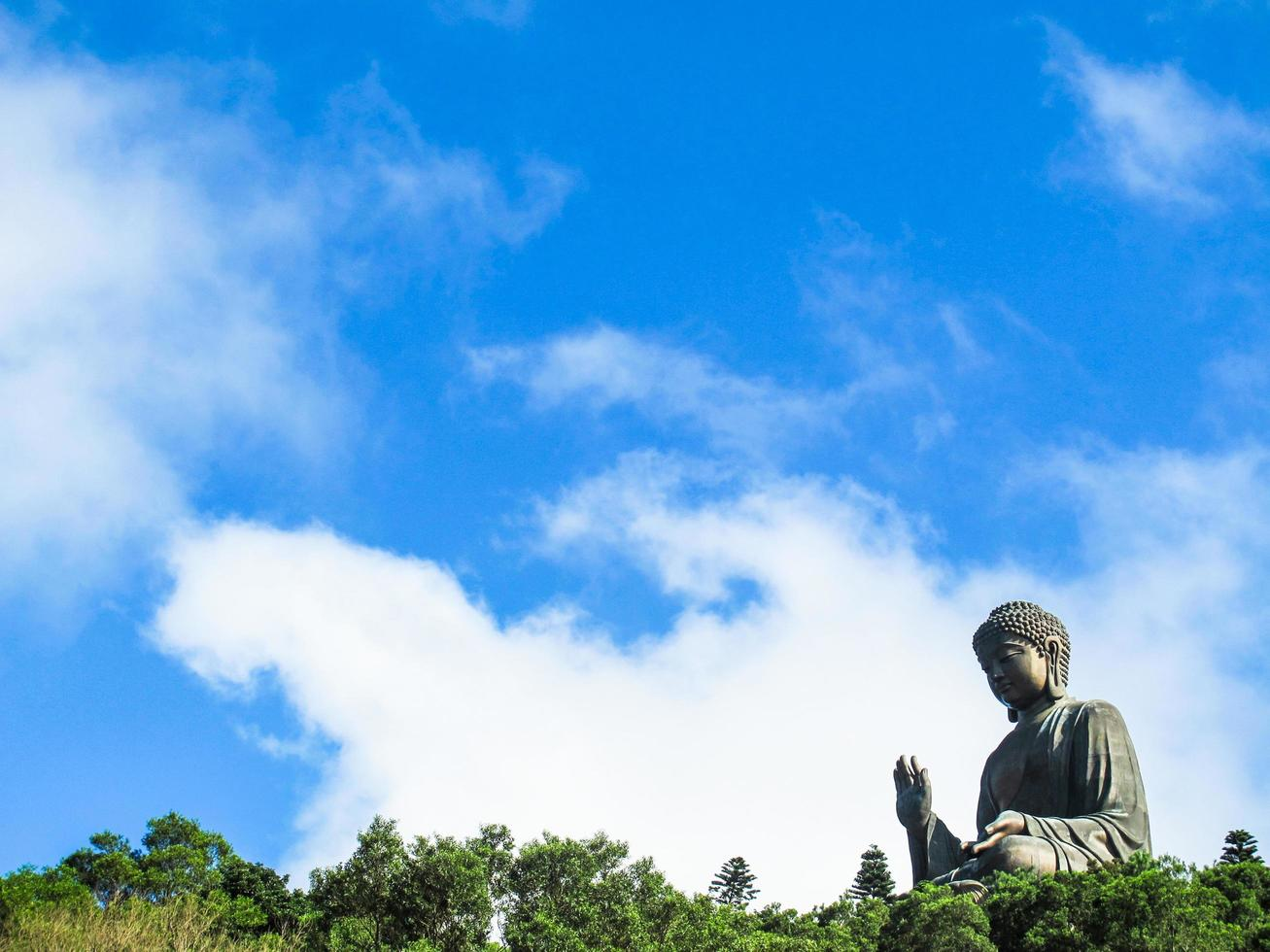 Estatua de Buda gigante y el monasterio de Po Lin en Hong Kong, Isla Lantau, China foto