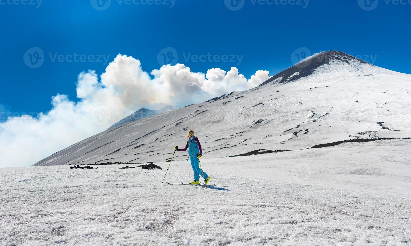 niña de esquí de travesía bajo la cima del cráter del monte etna foto