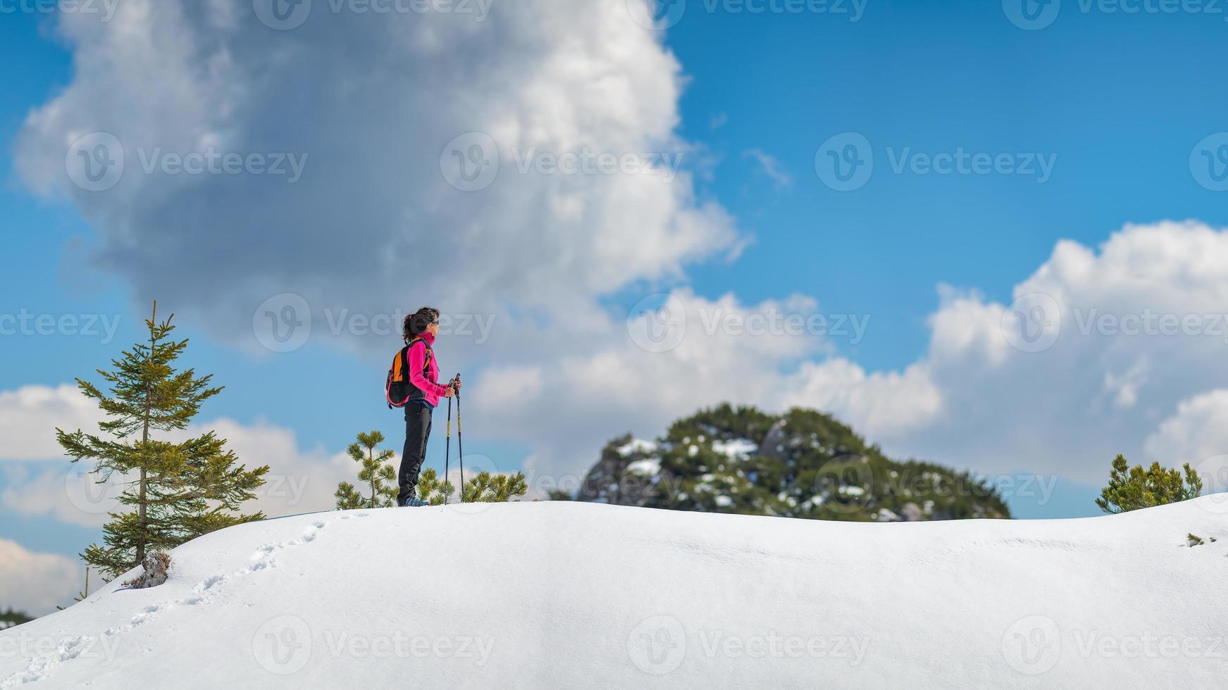 niña solitaria camina en las montañas en la nieve foto