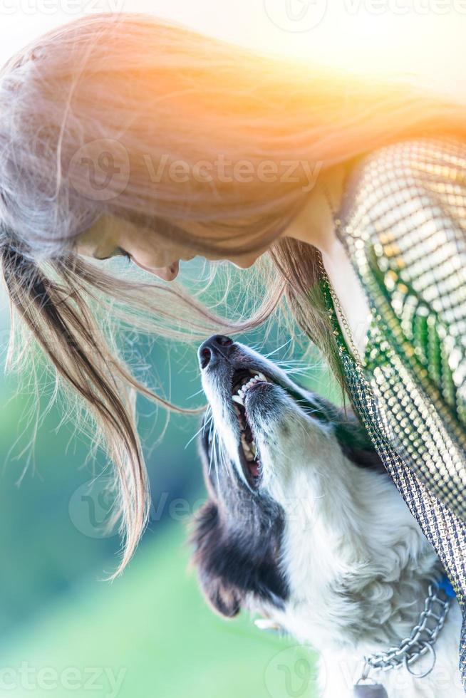 niña jugando con perro foto