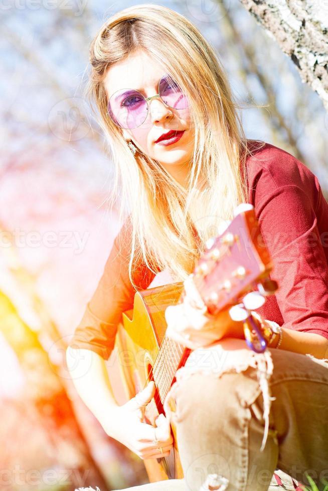 niña toca la guitarra foto