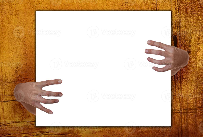 manos espeluznantes sosteniendo el marco foto