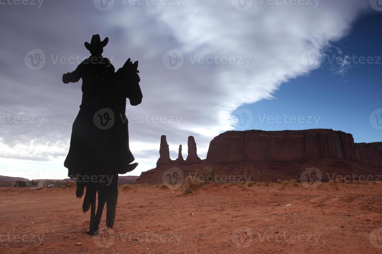 Monumento a las tres hermanas con silueta de vaquero foto