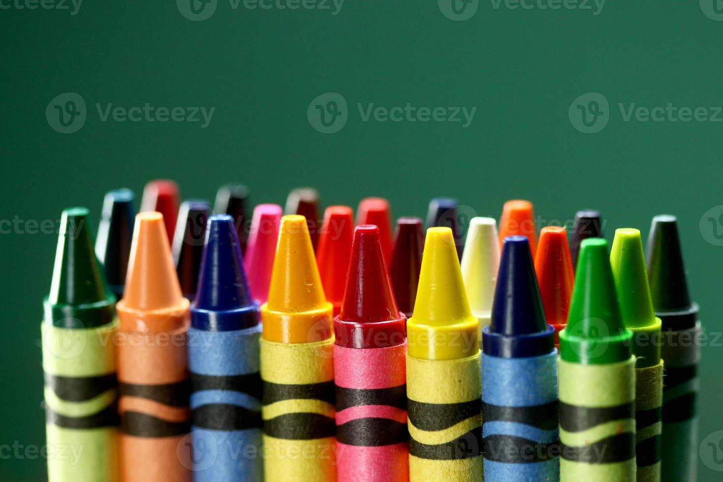 crayones de colores de regreso a la escuela foto
