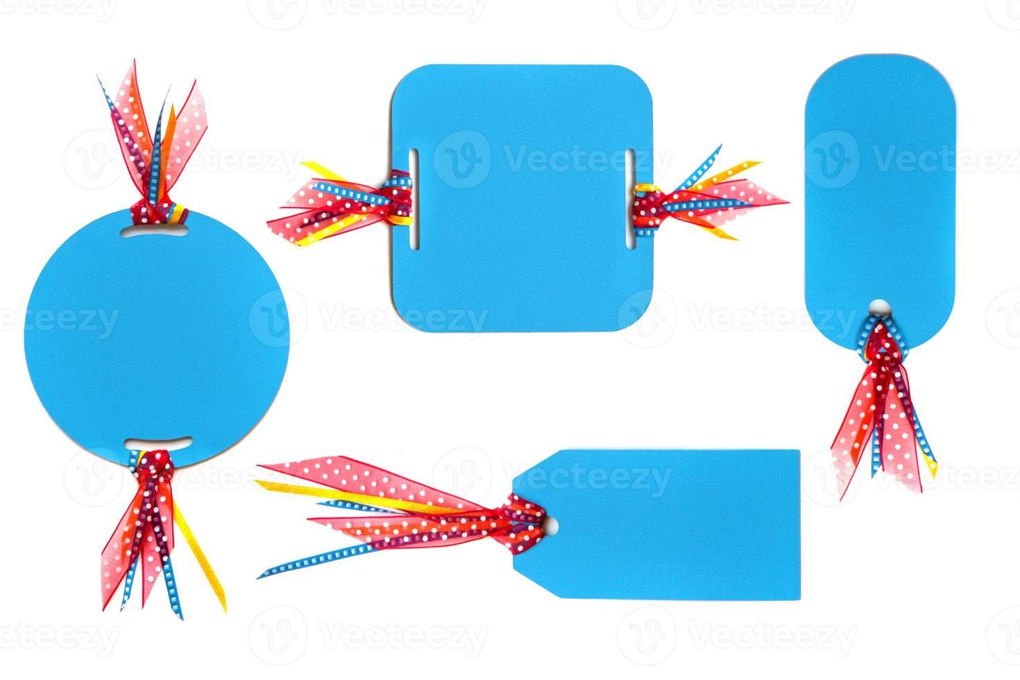 etiquetas de papel hechas a mano con cinta de colores foto