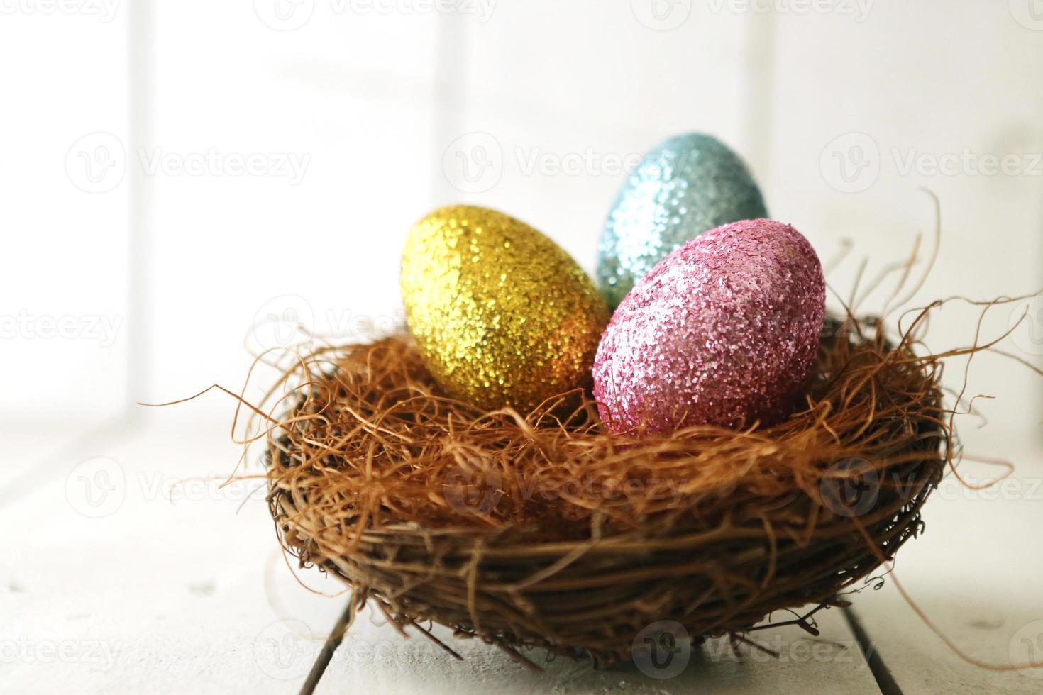 Huevos de Pascua coloridos bodegón con luz natural. foto