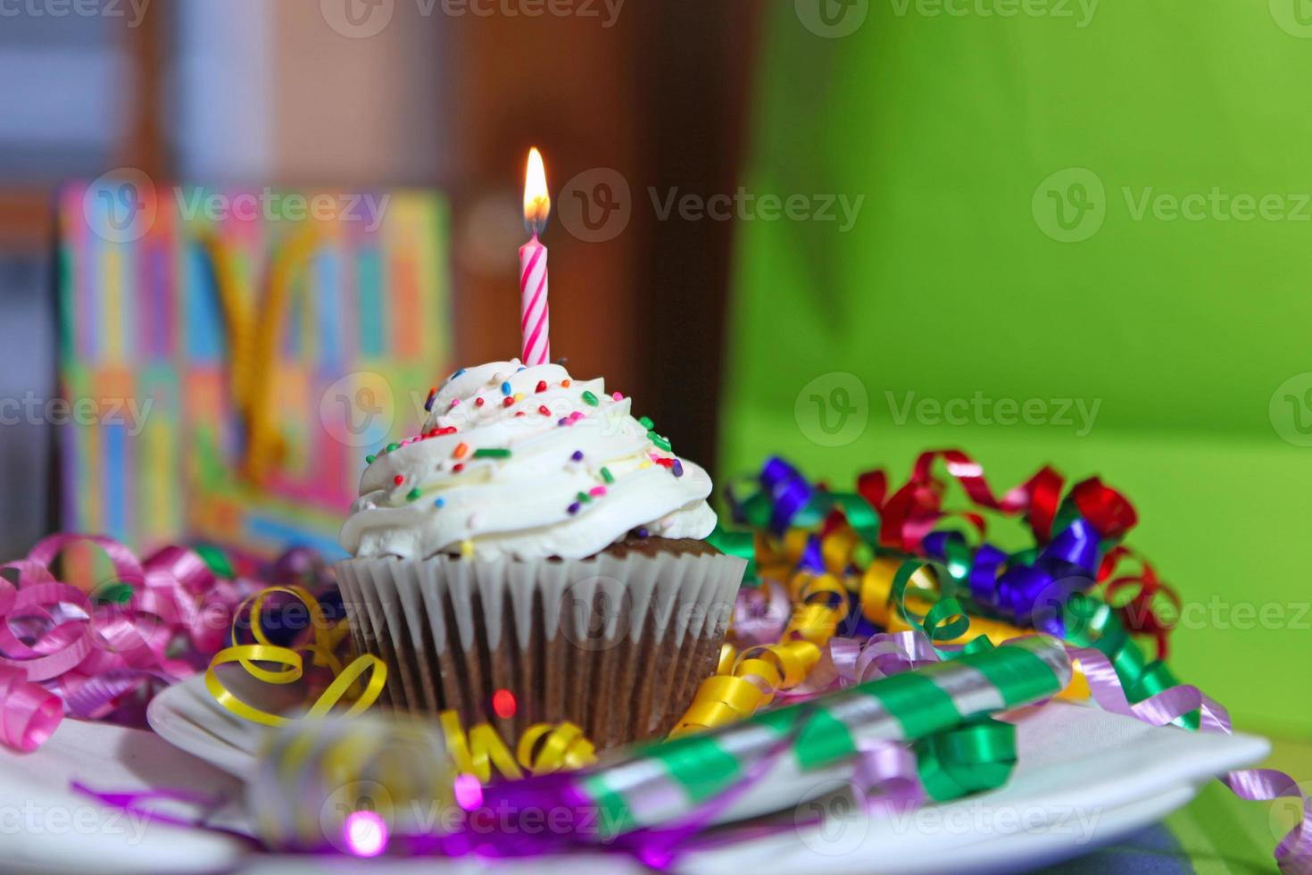 torta de la taza de cumpleaños con vela foto