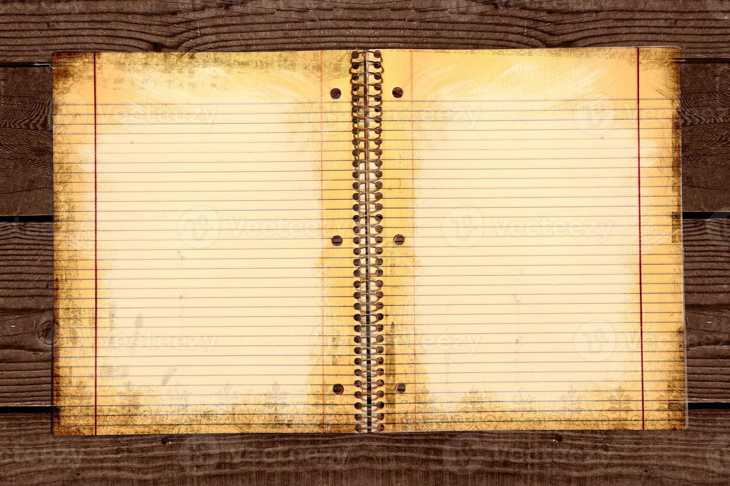 papel escolar rayado sucio en una carpeta foto