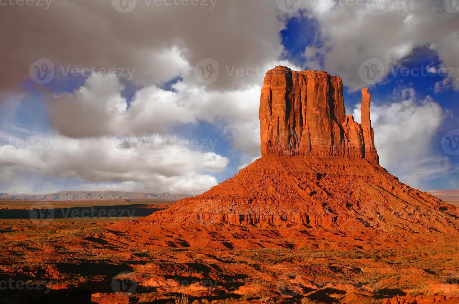 Atardecer en Monument Valley Utah con cielo nublado foto