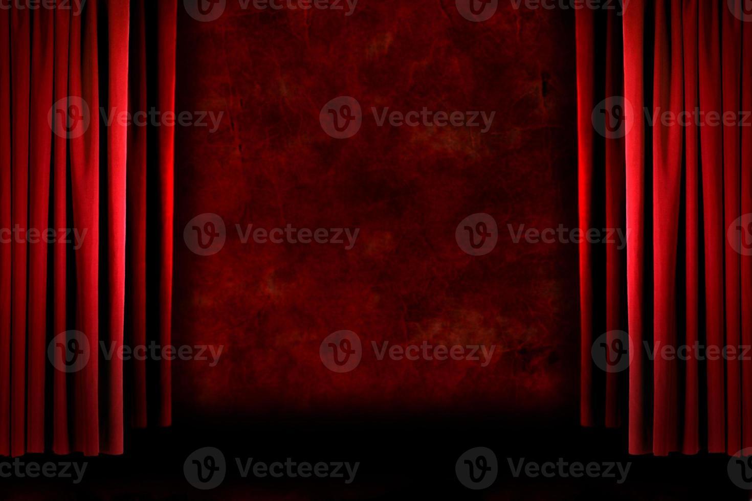 cortinas de escenario sucias anticuadas rojas foto