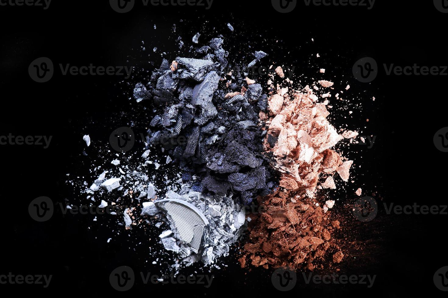 juegos de sombras de ojos sobre fondo negro foto
