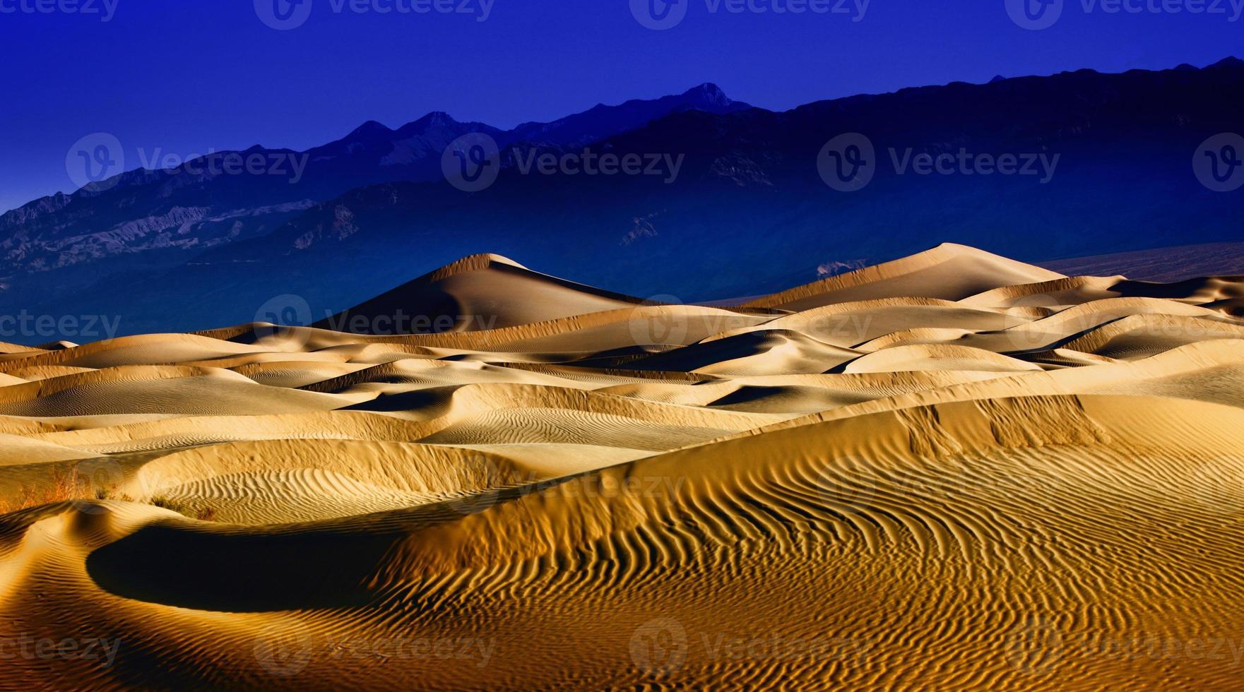 Hermosas formaciones de dunas de arena en el Valle de la Muerte de California foto