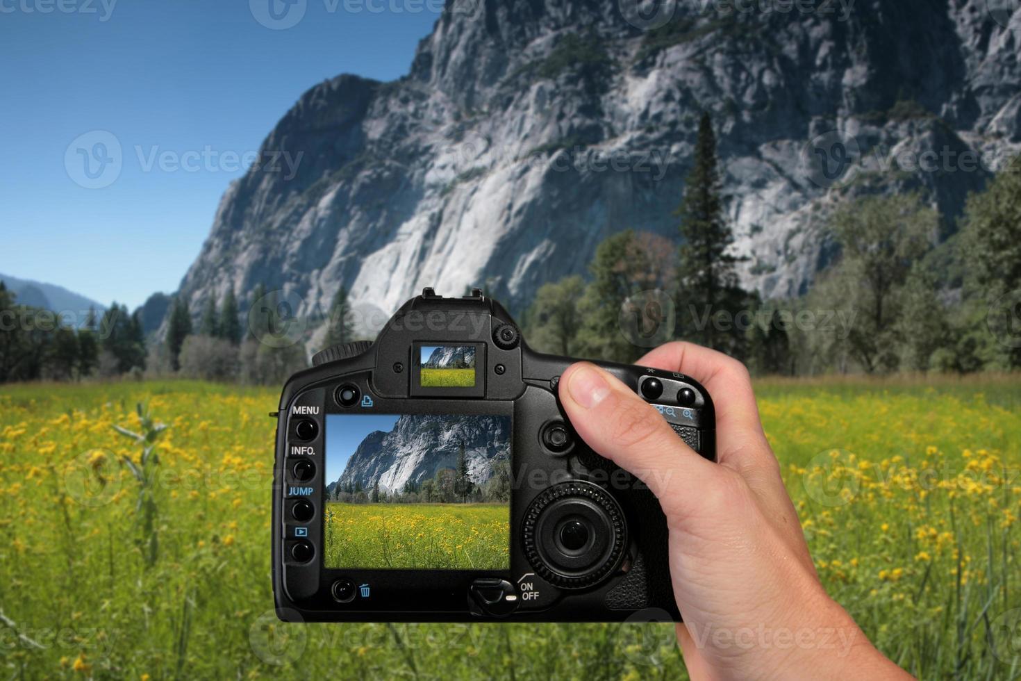 turista tomando una fotografía de paisaje foto