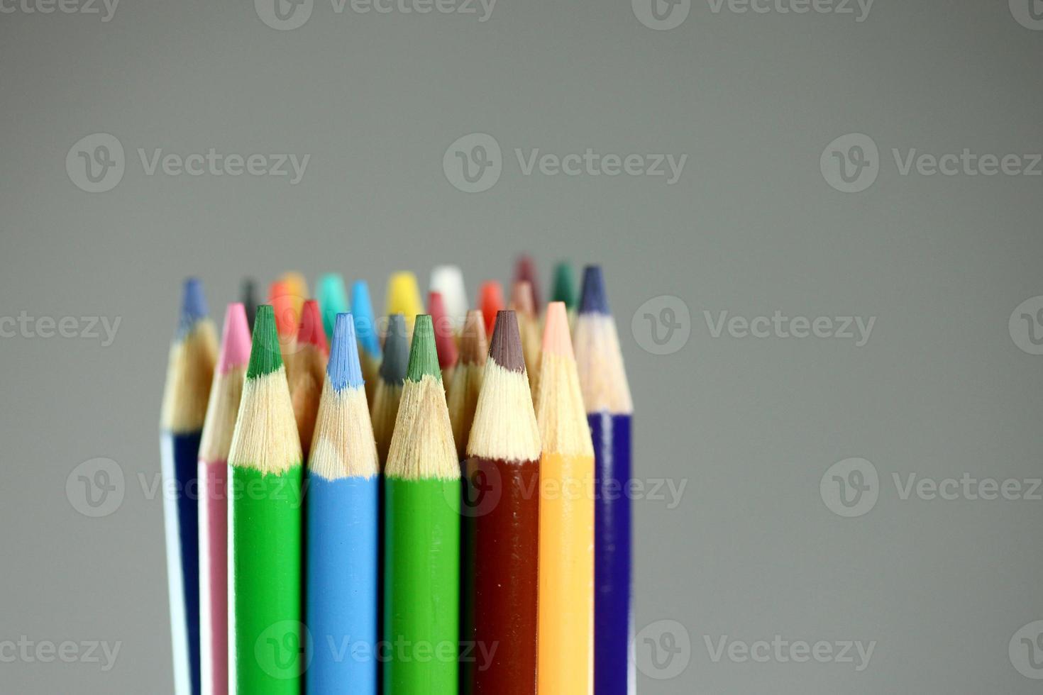 lápices de colores escolares con extrema profundidad de campo foto