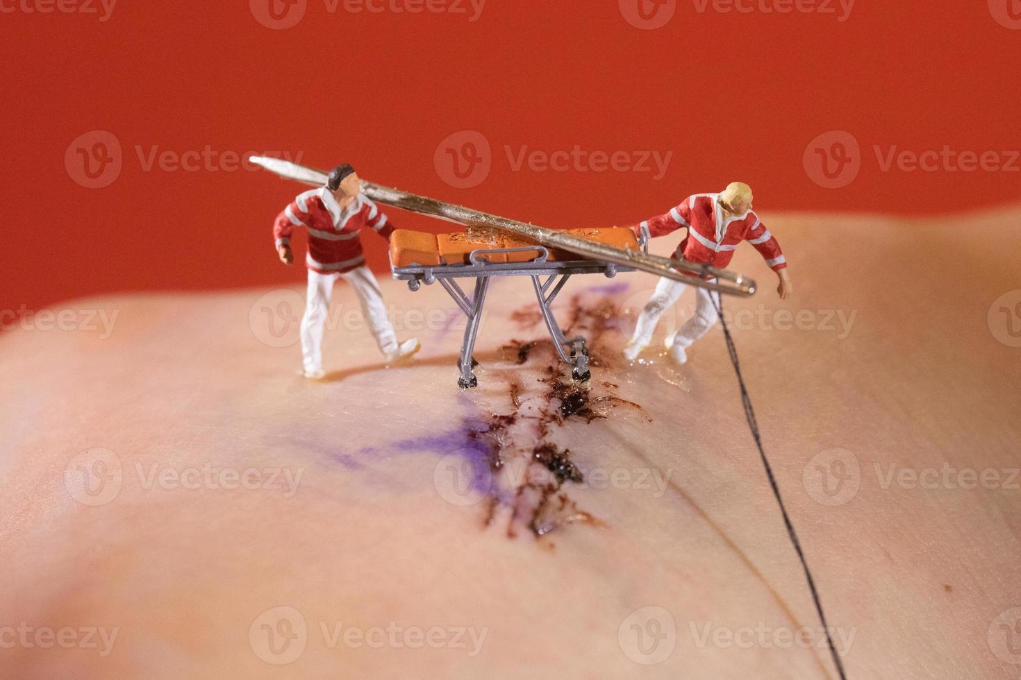 puntadas siendo asas por figuras en escala ho en miniatura foto