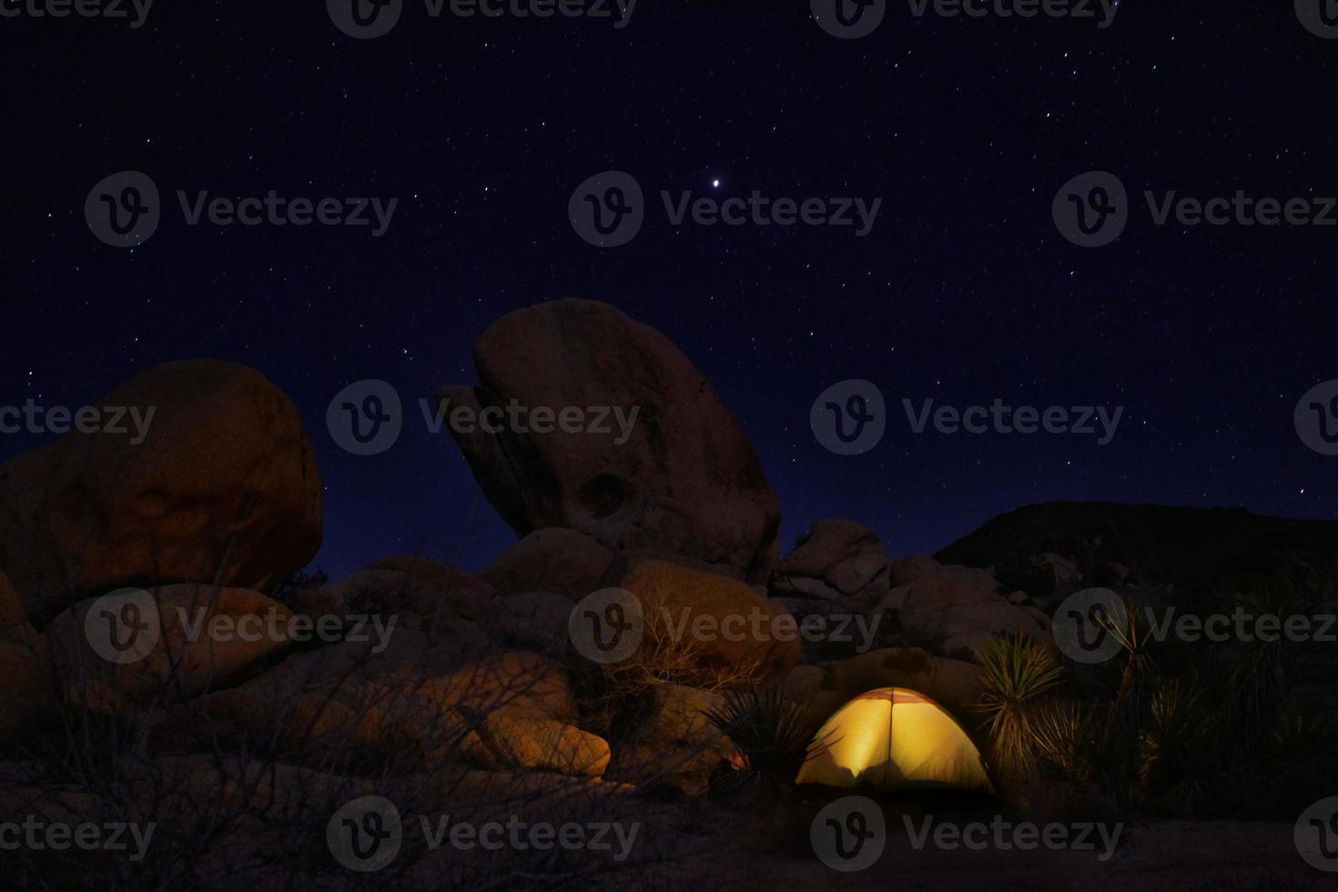 campamento nocturno en el parque nacional joshua tree foto