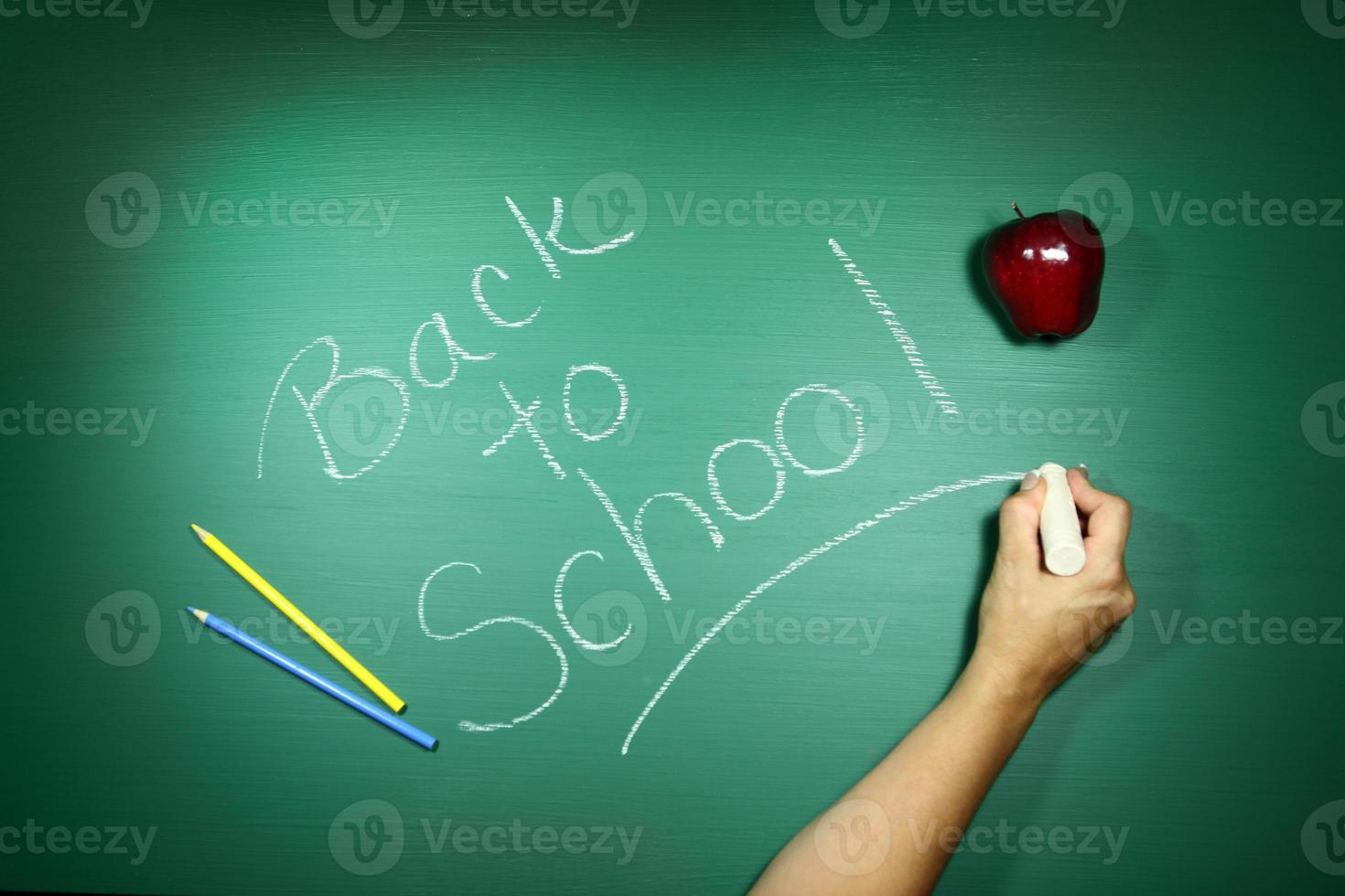 regreso a la escuela escrito en una pizarra foto