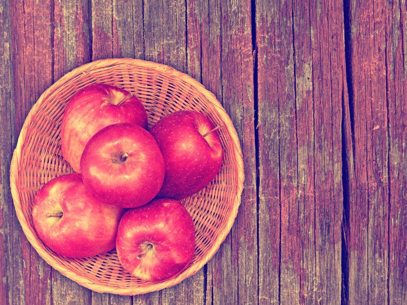manzanas en el fondo de madera foto