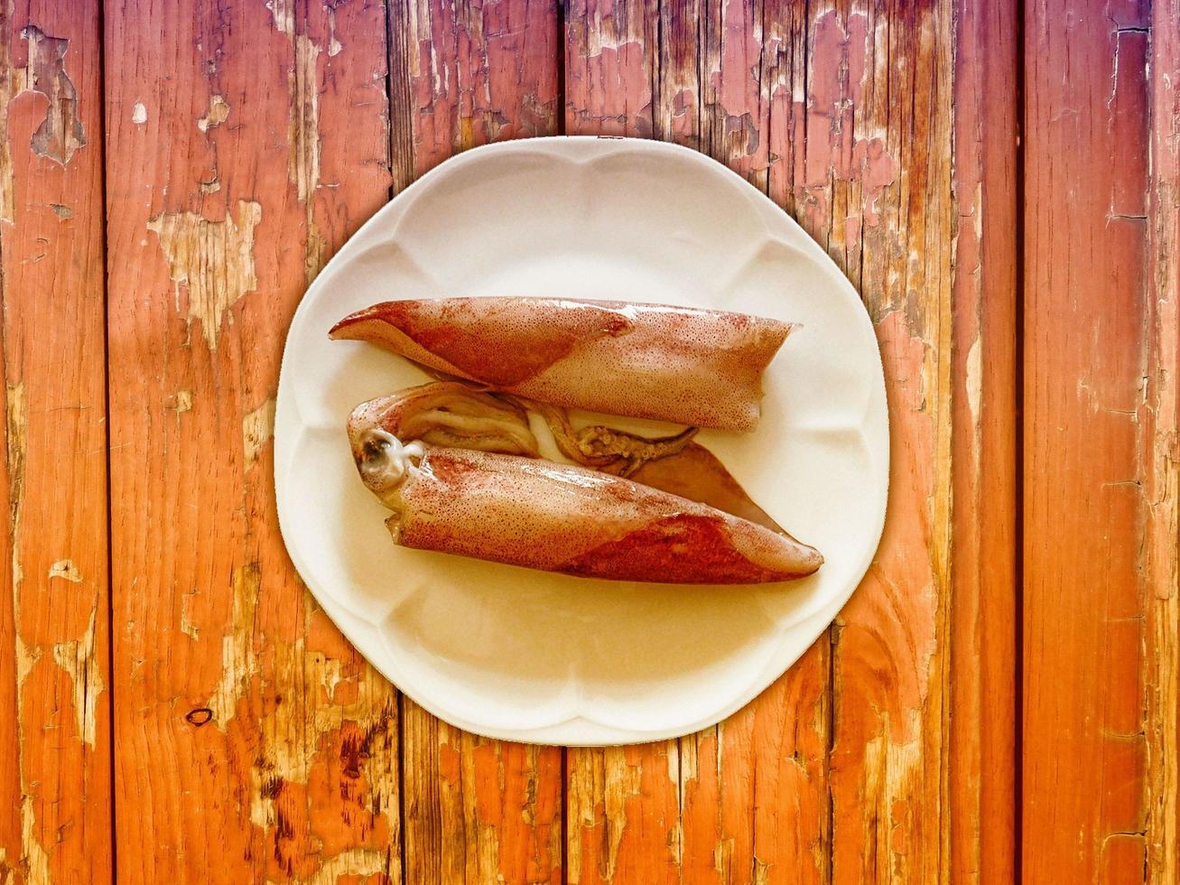 calamar sobre fondo de madera foto